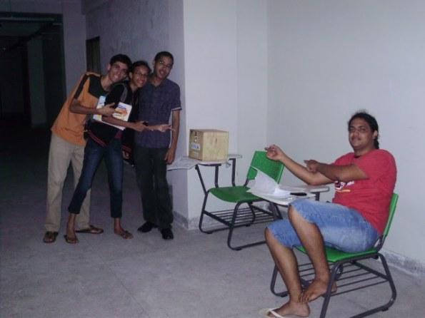 Vote RESISTÊNCIA NA FÍSICA. Na foto Guilherme Brandão, Lidiane Monteiro e Tiago dos Anjos e ao lado o Mesário Ivson Nunes (DCE-UFRPE)